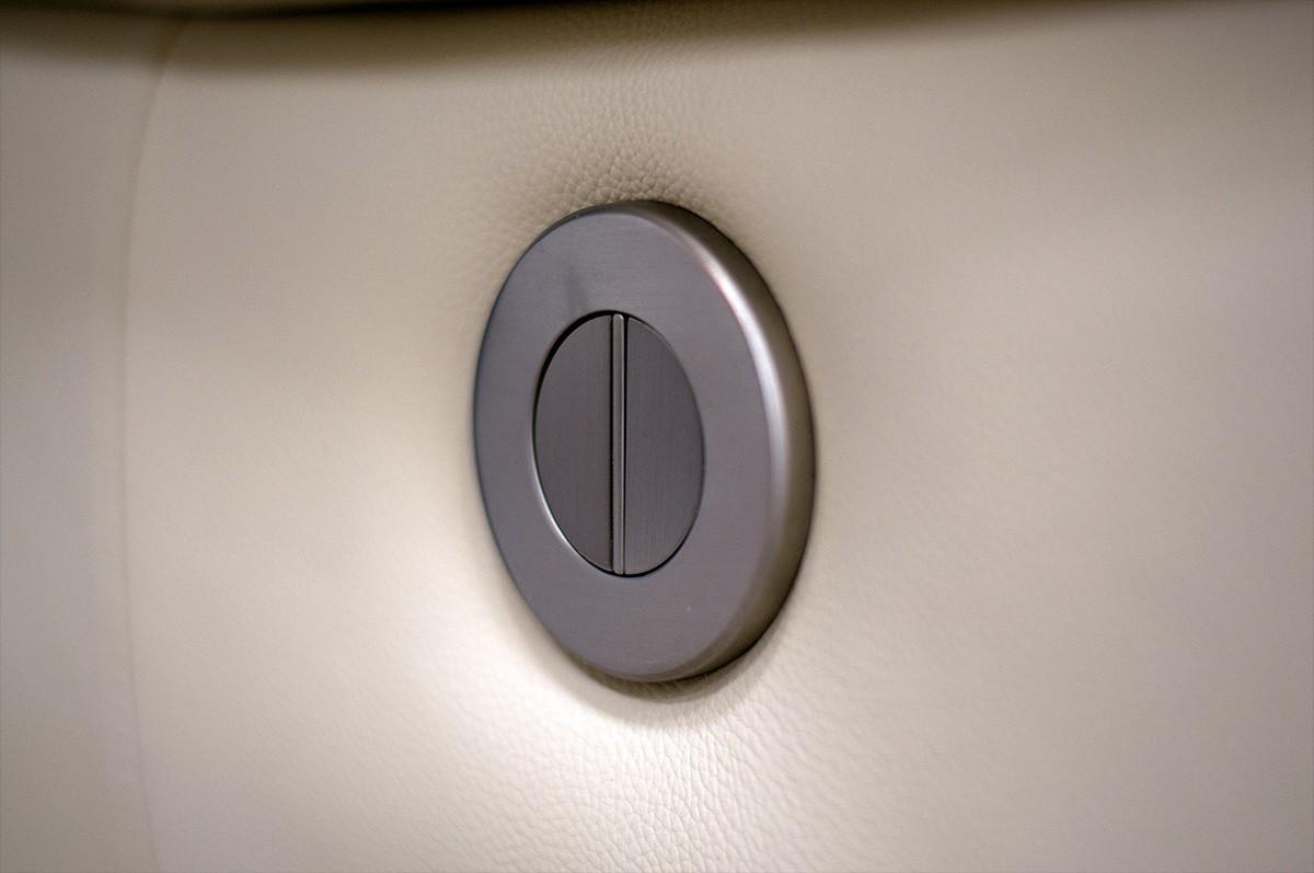 Кнопка реклайнера в кресле Монтана